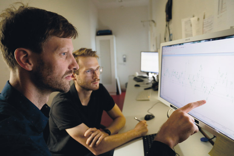 Niels Niethard (links) bespricht ein EEG.